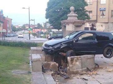El coche empotrado contra la fuente del siglo XVIII