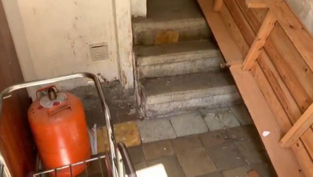 laSexta accede al edificio okupado de la violación múltiple a una menor en Manresa