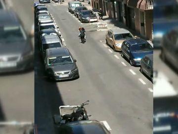 Un hombre intenta apuñalar a varios policías tras una discusión entre vecinos