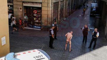 El detenido, desnudo por las calles de Barcelona