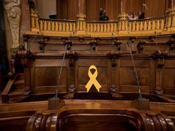 Un lazo amarillo ocupa el escaño de Forn en el pleno municipal de Barcelona