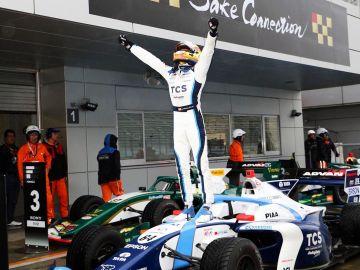 Àlex Palou celebra su victoria junto a su Honda