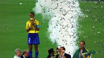 Cafú, levantando la Copa del Mundo