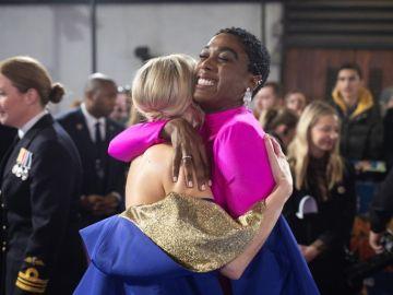 La actriz Lashana Lynch abraza a su compañera Brie Larson en el estreno de 'Capitana Marvel'