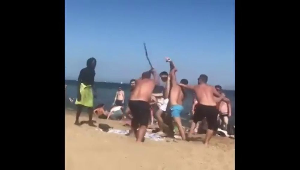 Graban una brutal pelea a palazos en plena playa de la Barceloneta