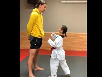 Ibrahimovic y una niña taekwondista