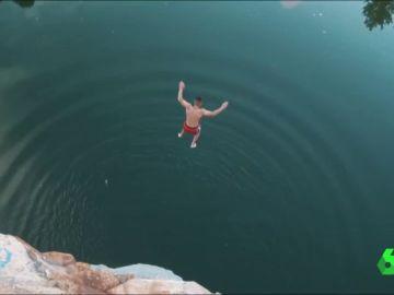 Un joven salta desde una zona prohibida