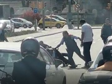 Los mossos reducen a un hombre que intentaba autolesionarse