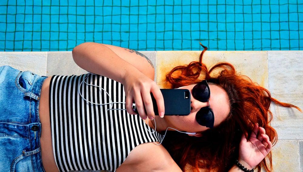 Smartphone al sol en verano