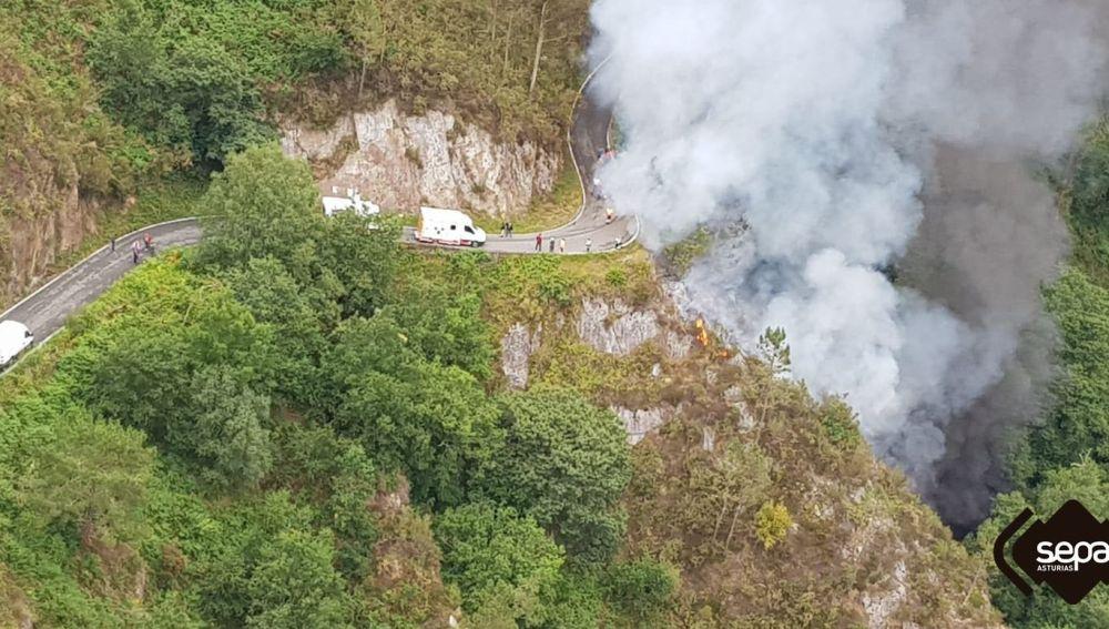 Un camión ha provocado un incendio en Asturias tras sufrir un accidente