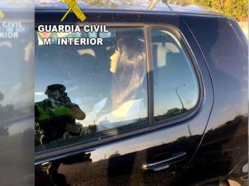 Maniquí dentro de un coche para poder pasar por el carril de alta ocupación