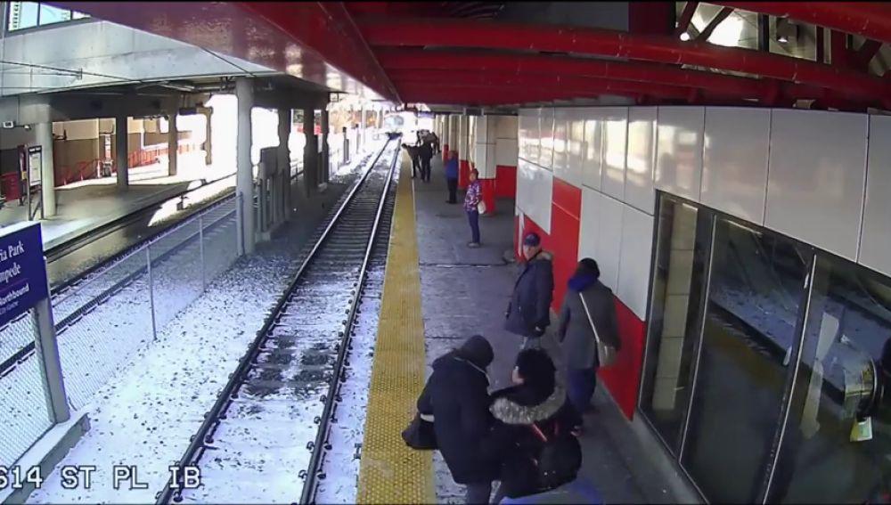 Graban a una mujer empujando a una anciana a las vías mientras llegaba el tren