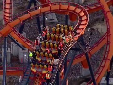 El angustioso rescate de varios pasajeros atrapados en lo alto de una montaña rusa