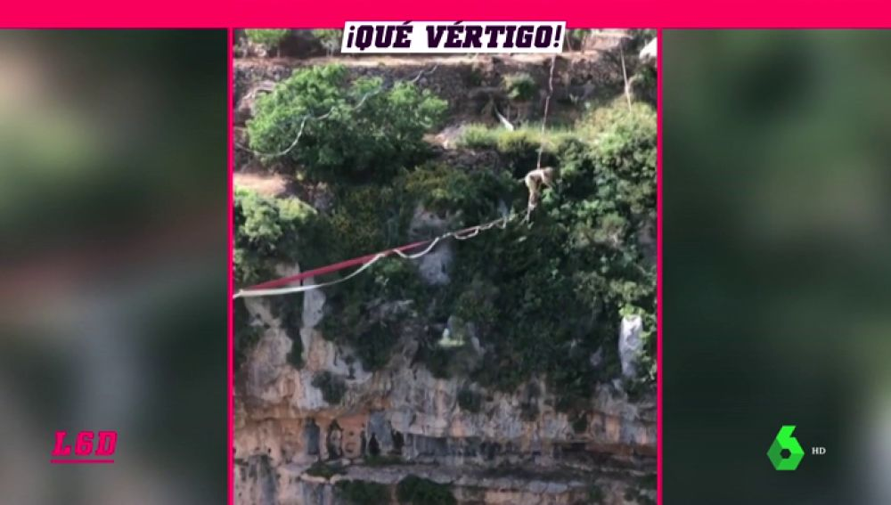 Asusta solo con verlo: Increíble salto de 360 grados en la cuerda tensa