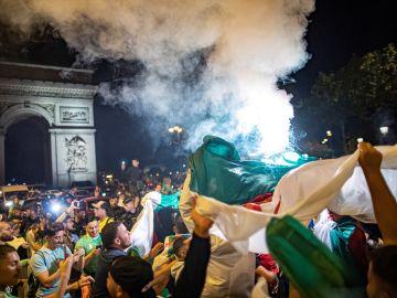 Celebración de los hinchas argelinos en París