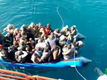 Migrantes en un barco en el Mediterráneo