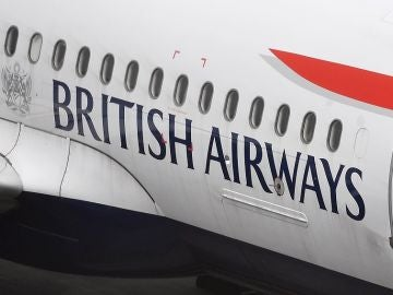 Un avión de British Airways en el aeropuerto londinense de Heathrow