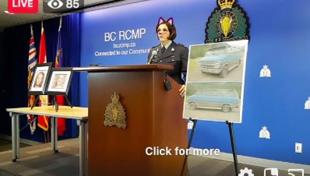 La sargento con el filtro de gato durante la rueda de prensa