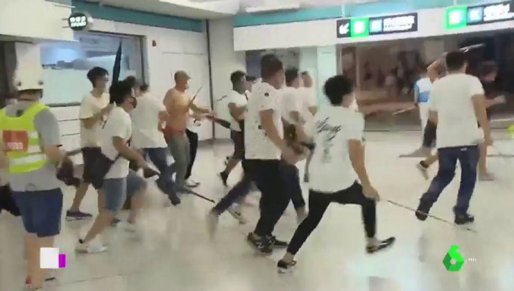 Una violenta banda ataca a manifestantes en Hong Kong y deja 45 heridos