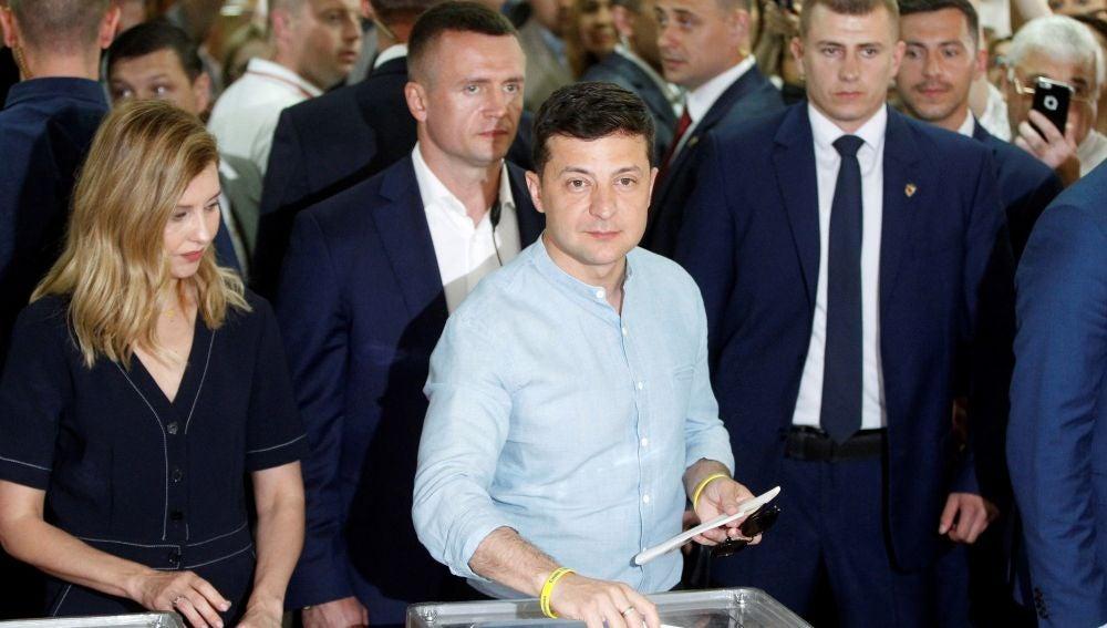El presidente ucraniano, Volodimir Zelenski, deposita su voto en un colegio electoral