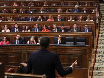 Pedro Sánchez se dirige a la bancada del PP