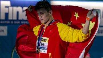 Sun Yang, con la bandera de China
