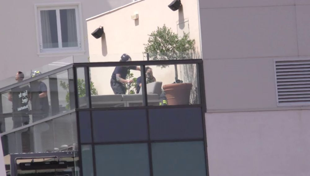 Un bombero rompe a llorar tras salvar al joven que quería lanzarse al vacío desde un hotel de la Gran Vía de Madrid