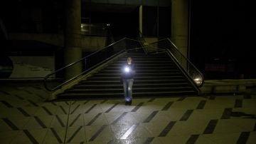 Un hombre camina en la calle durante el apagón en Caracas