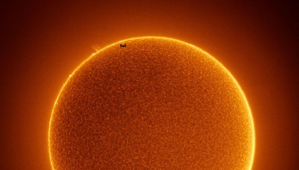 La Estación Espacial Internacional cruza un Sol sin manchas