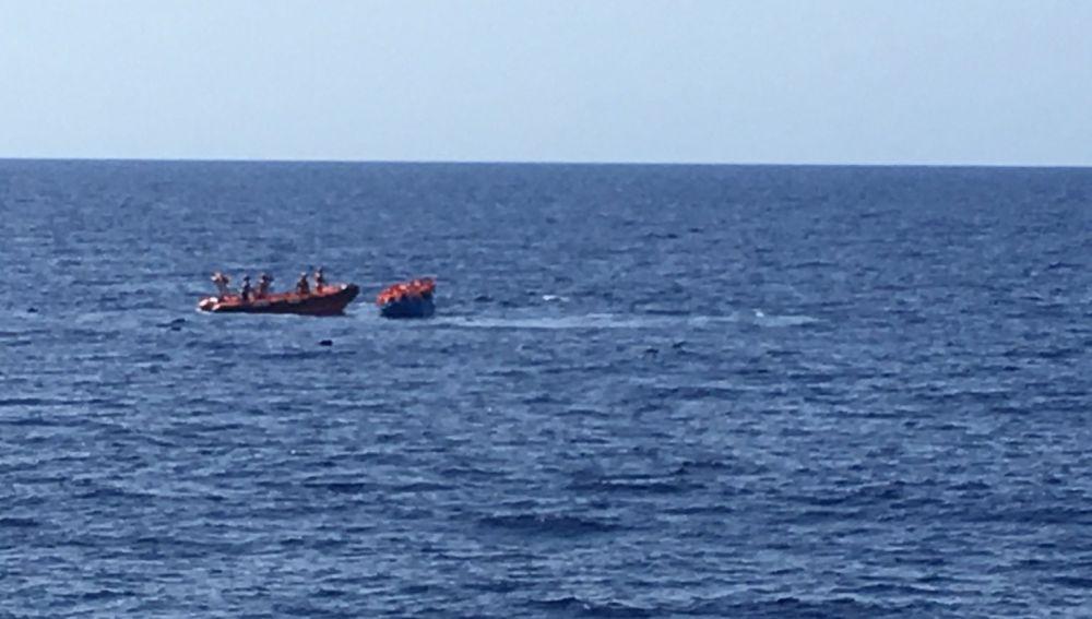 La patera a punto de hundirse en el Mediterráneo que ha rescatado Open Arms