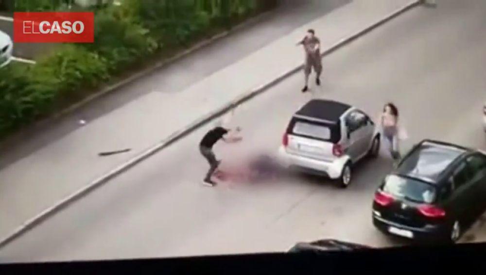 Estremecedoras imágenes: asesina en plena calle a su excompañero de piso con una catana