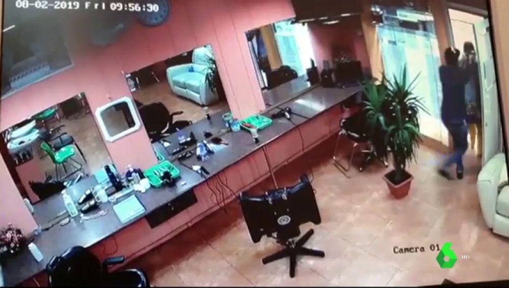 La cámara de seguridad de una peluquería graba la salvaje agresión de un hombre a una mujer en el Raval
