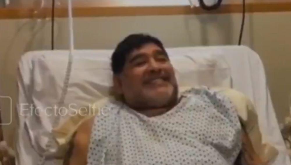 Maradona, siendo entrevistado en el hospital