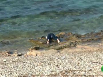 Cadáveres de los migrantes ahogados en el naufragio más mortífero del año siguen llegando a la costa libia