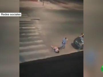 El hombre segundos antes de darle una patada en la cabeza a su mujer.