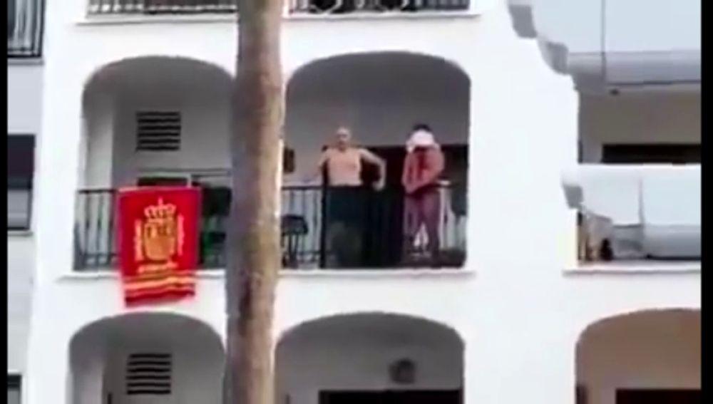 Un hombre amenaza con degollar a un joven ensangrentado y con un corte en la cabeza en un balcón de Málaga