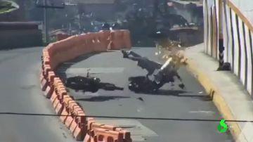 Brutal accidente de dos motoristas en México que se chocan de frente y no llevan casco