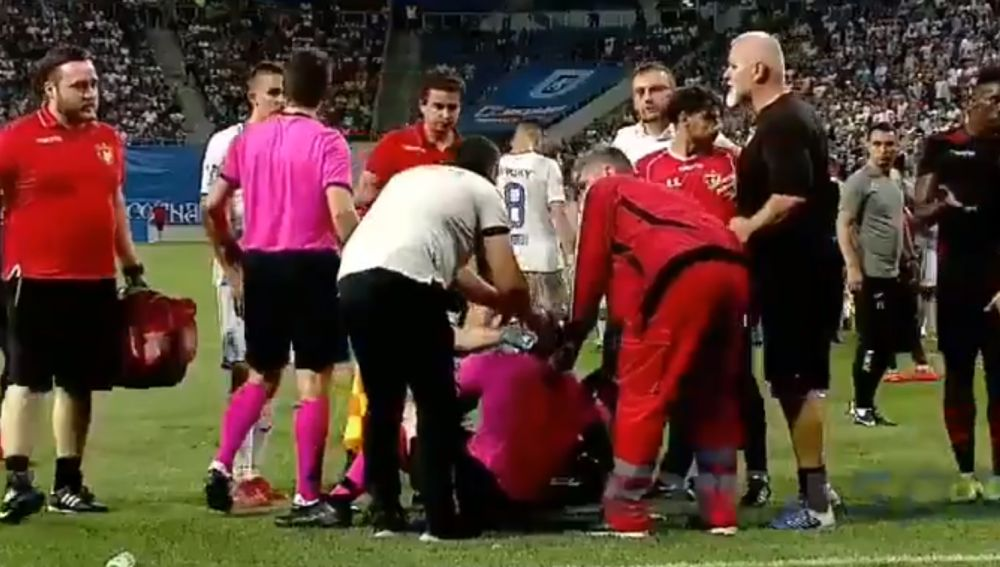 Agreden a un árbitro en pleno partido de Europa League