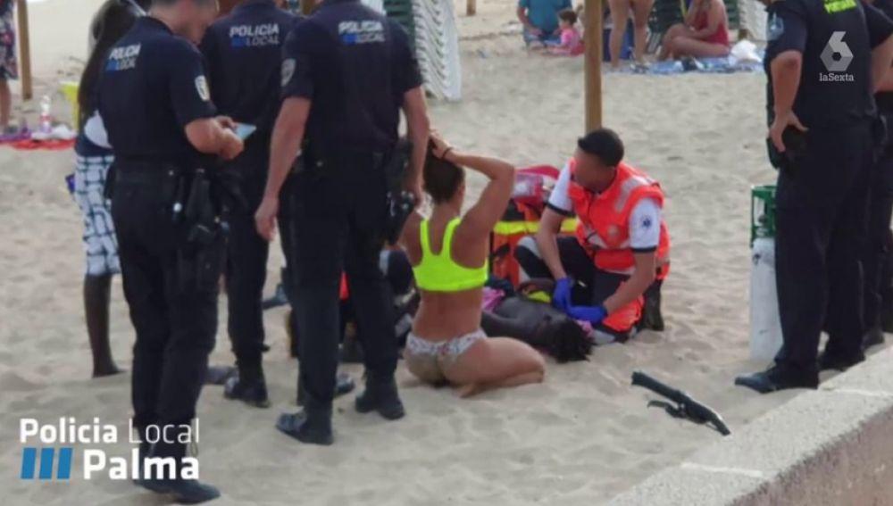 """El pequeño rescatado por una socorrista en una playa de Palma: """"Pensaba que no me ibas a rescatar porque soy negro"""""""