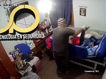 Cuidador maltratando a un joven de 21 años con parálisis cerebral