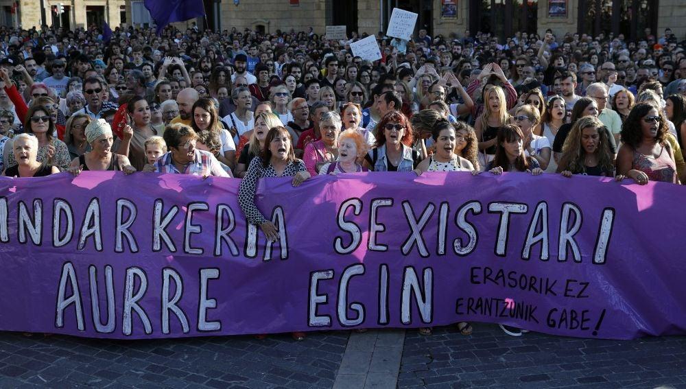 Miles de mujeres se concentran en Bilbao para denunciar la violación grupal de una joven a manos de seis individuos