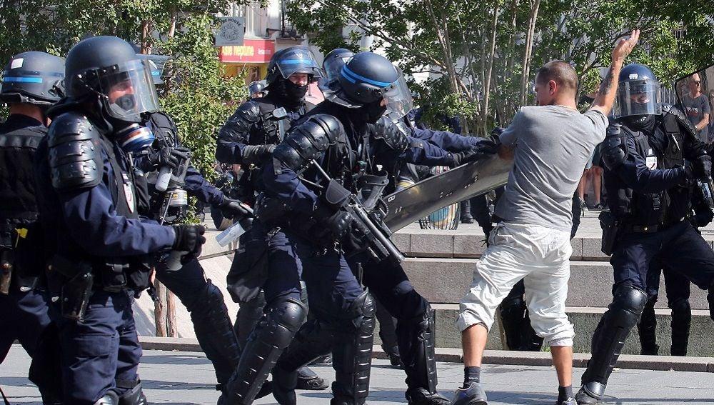 Policía francesa contra manifestantes en una protesta en Nantes