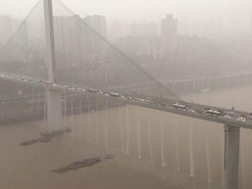 Las lluvias torrenciales provocan cascadas en un puente en China