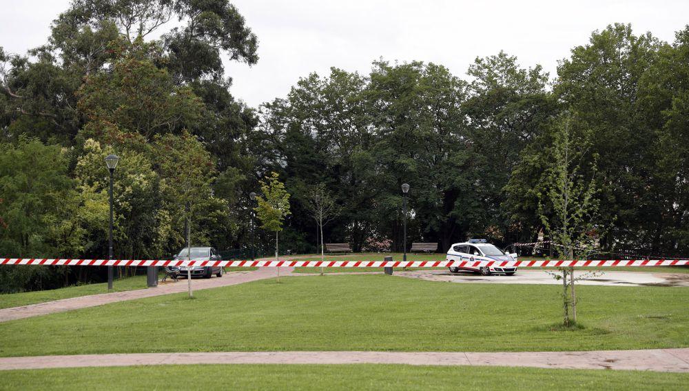 Agentes de la Ertzaintza, custodian la zona en el parque de Etxebarria en la capital vizcaína, donde se produjo el suceso