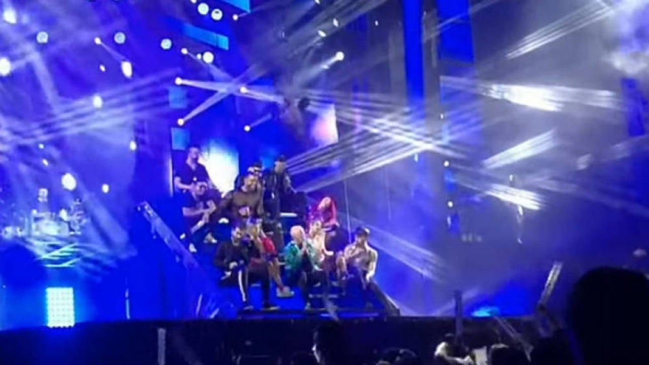 Una bailarina de la Orquesta Panorama cae al vacío durante una actuación