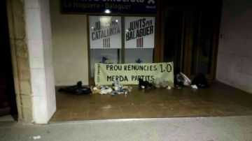 Restos de basura en una sede de Junts per Catalunya