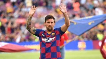 Messi saluda a la afición del Barcelona
