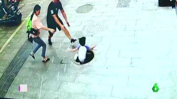 El rescate de un niño después de caer por una alcantarilla en China