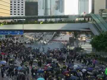 Gases lacrimógenos y decenas de detenidos en la primera huelga general en Hong Kong en 50 años
