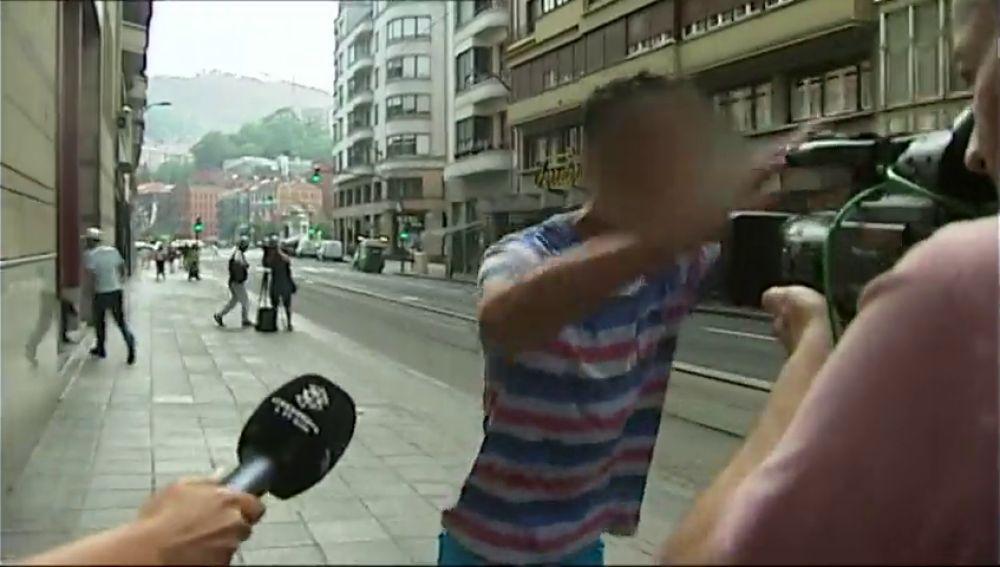 Uno de los jóvenes en libertad tras su detención por una violación múltiple en Bilbao se encaran con la prensa